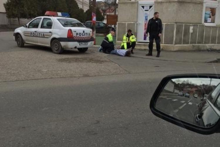Bărbat cu probleme psihice, încătușat în plină stradă de polițiștii clujeni. A intrat într-o cafenea și a făcut dezastru FOTO