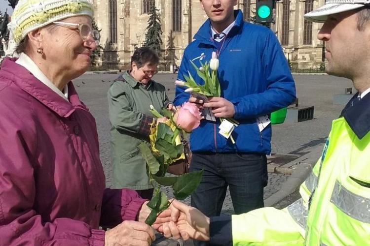 Polițiștii clujeni le-au dat flori șoferițelor - FOTO