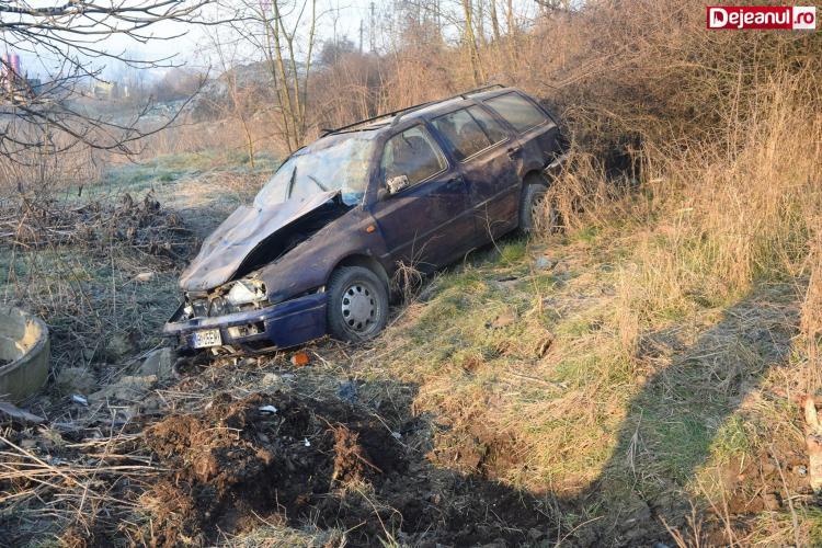 Accident cu patru victime în Dej! Un șofer a intrat în depășire și a ajuns în râpă FOTO