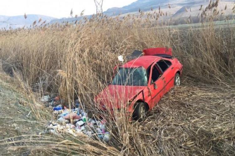 Accident cu două victime pe un drum din Cluj. Un șofer s-a răsturnat cu BMW-ul pe câmp FOTO