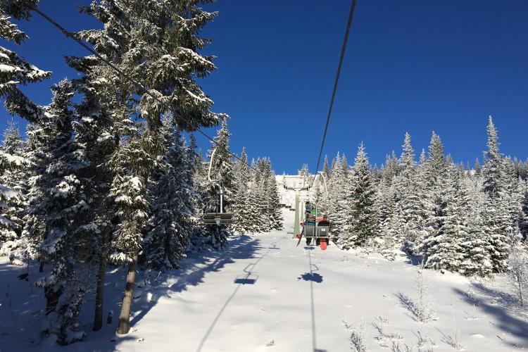 Iarna se întoarce la Buscat! Pârtia este pregătită pentru schiori și snowboarderi - FOTO