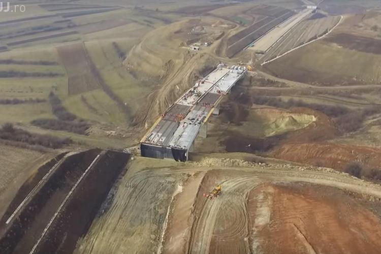 Autostrada Transilvania filmată cu DRONA. Se văd lucrările pe tronsonul Gilău - Nădășel și operele de artă - VIDEO