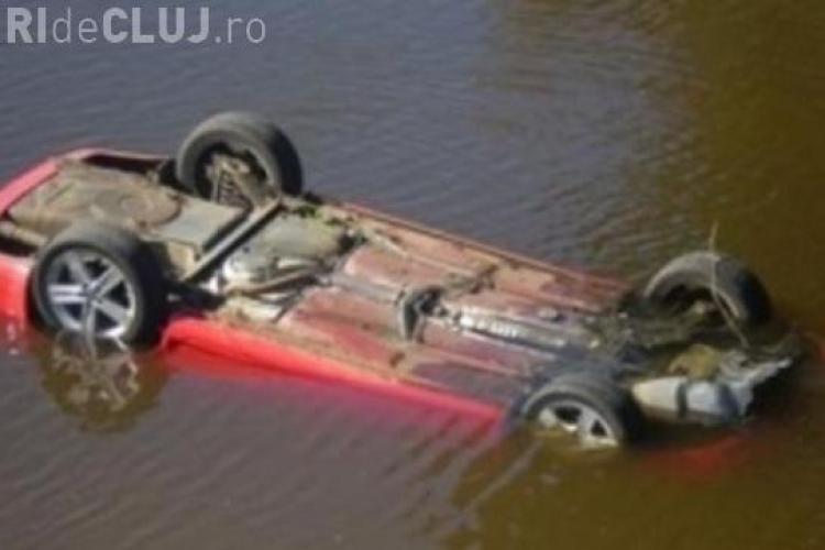 Un clujean s-a răsturnat cu mașina într-un râu. A lăsat-o acolo, dar poliția l-a identificat