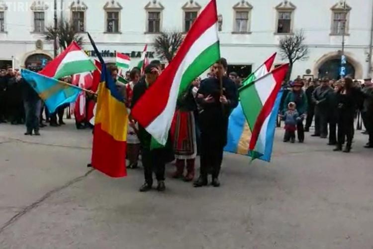 Gest de normalitate la Cluj. Etnicii maghiari au intrat cu tricolorul în biserică VIDEO