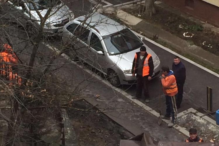 """Muncitorii de la RADP Cluj i-au """"sechestrat"""" în bloc pe oamenii din Zorilor, blocând parcarea - FOTO"""