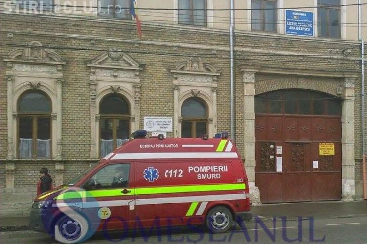 O fetiță a ajuns la spital în urma unei bătăi la un liceu din Gherla