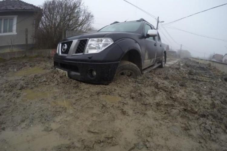 Mașină înghițită de noroi la Cluj – VIDEO