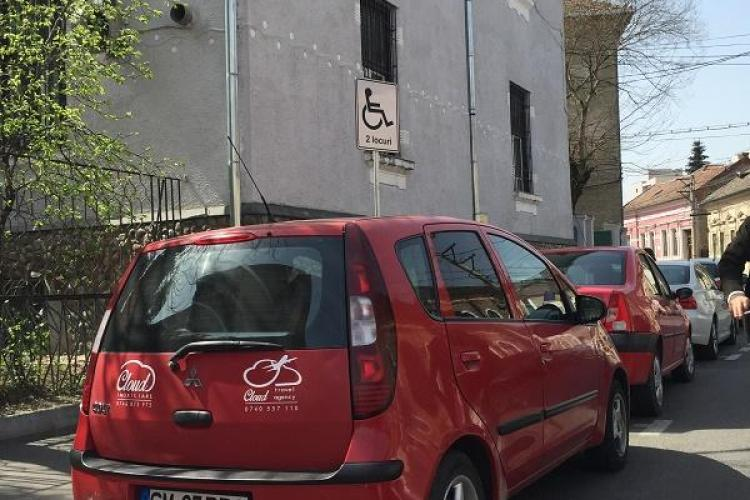 Cum i-a răspuns unui clujean un șofer prins parcând pe un loc pentru persoanele cu handicap FOTO