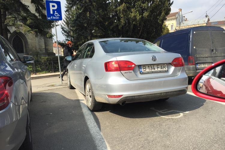 Un clujean a mustrat o șoferiță care a parcat pe locul pentru persoanele cu handicap, în Piața Unirii. Cum i-a răspuns femeia