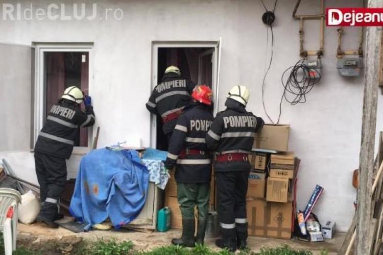 Femeie imobilizată de polițiștii clujeni după ce și-a atacat vecina. A aruncat cărămizi după ea VIDEO