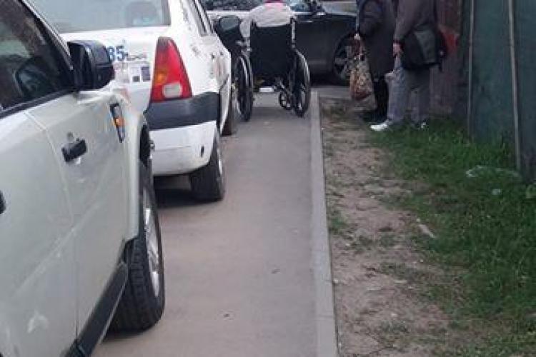 O clujeancă s-a răsturnat cu căruciorul cu rotile. E VICTIMA șoferilor care blochează trotuarele - FOTO