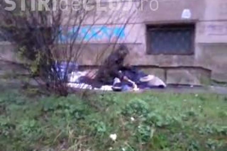 Un bărbat își încălzea mâncarea la foc, la marginea Parcului Central din Cluj-Napoca - VIDEO