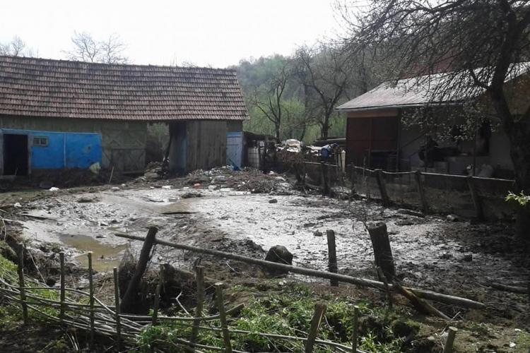 Pompierii clujeni lucrează încă în zona afectată de inundații