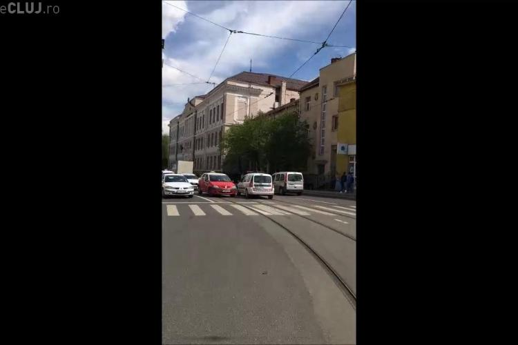 Polițiștii din Cluj trec pe roșu fără probleme. Un șofer i-a filmat - VIDEO