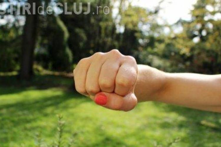 Suedez venit la Cluj pentru studii, bătut de  fosta iubită. L-a lovit și cu lopata