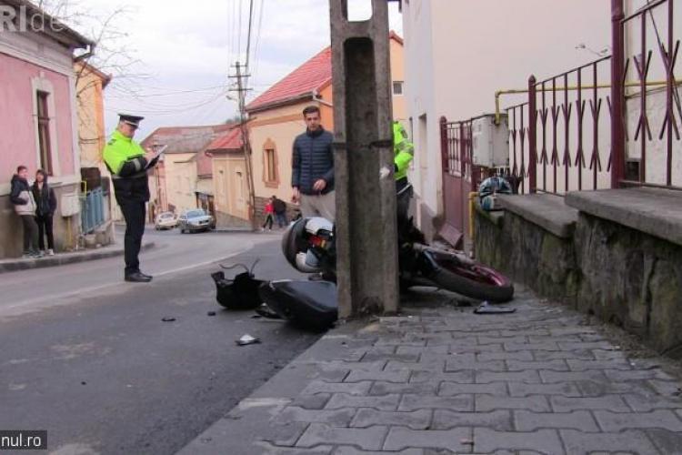 """O motociclistă de 16 ani din Cluj s-a înfipt cu """"motorul"""" într-un stâlp - VIDEO"""