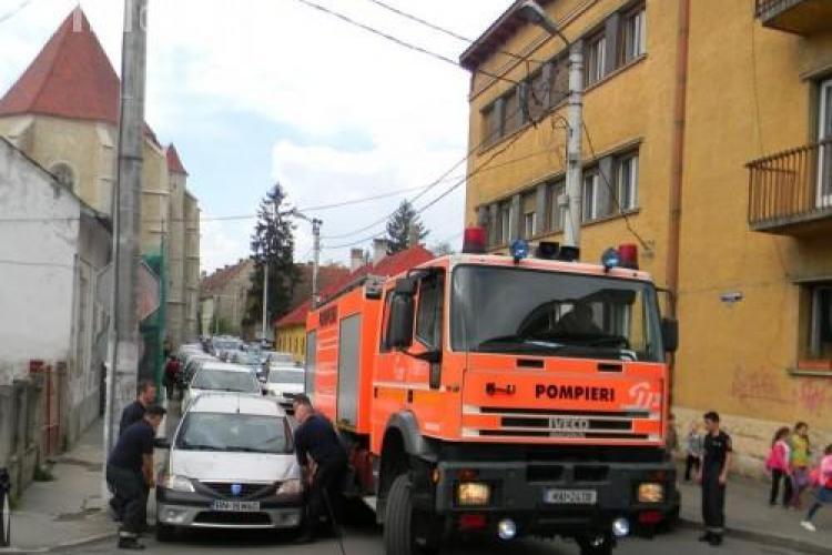 Pompierii au luat pe sus mașinile din centrul Clujului pentru a putea trece - VIDEO