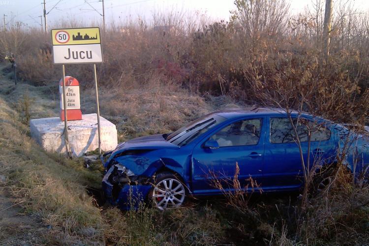 Autoturism lovit de un autocar Nokia la iesire din Apahida! Masina a fost proiectata in santul pe pe marginea DN 1C - VIDEO si Foto