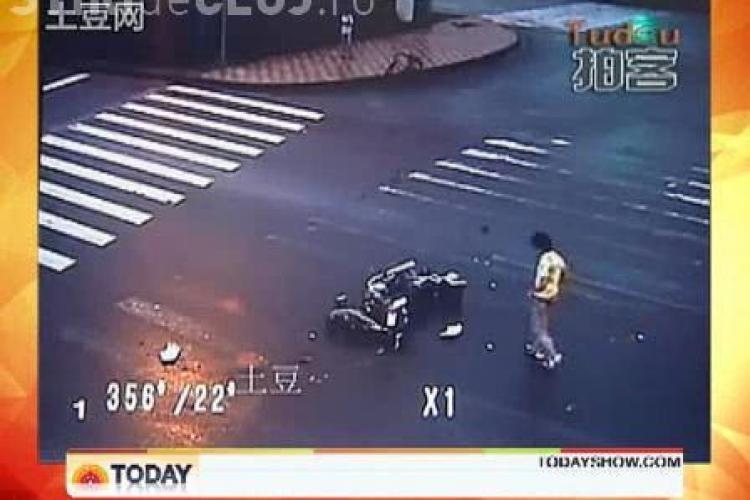 Accident spectaculos! Un motociclist a fost proiectat in aer, dar a scapat nevatamat, dupa ce a lovit un camion - VIDEO
