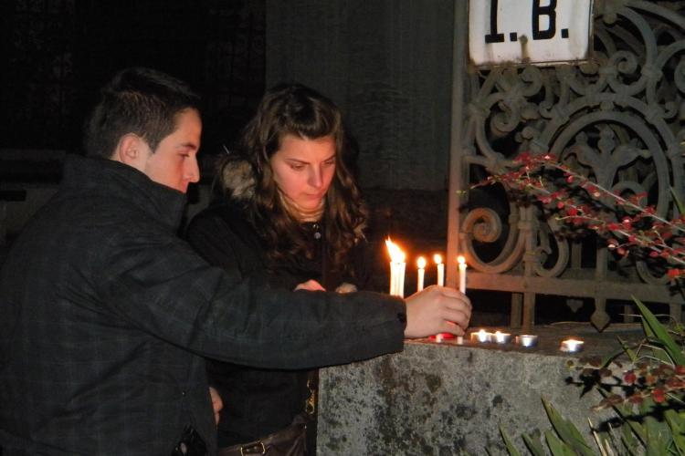 Luminatia a adus mii de oameni in cimitire la Cluj!  - FOTO