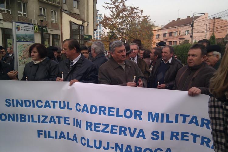 100 de colonei si generali din Cluj au protestat in fata Prefecturii fata de reducerea pensiilor! Ei nu vor, insa, sa spuna cat au pensiile acum- VIDEO