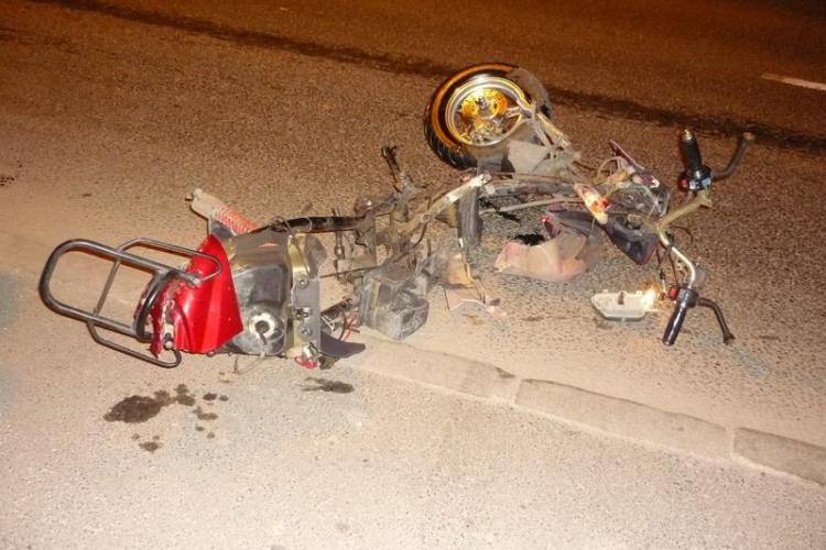 Un minor de 16 ani, care conducea un scuter neinmatriculat, a fost ranit grav la Marisel