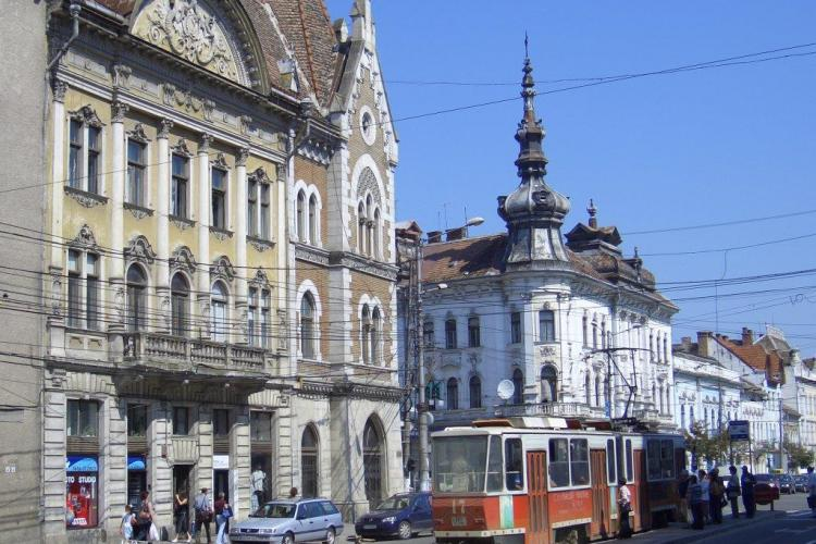 """Cladirile baroce din Cluj Napoca """"mutilate"""" cu geamuri termopan"""