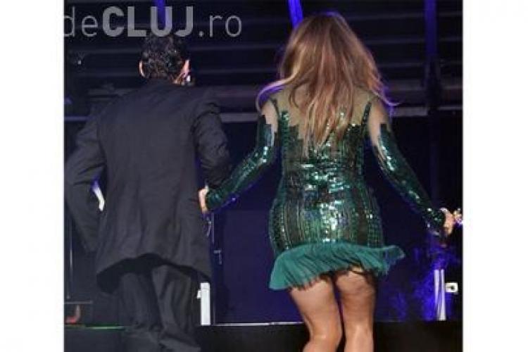 Jennifer Lopez si-a aratat celulita pe scena - FOTO