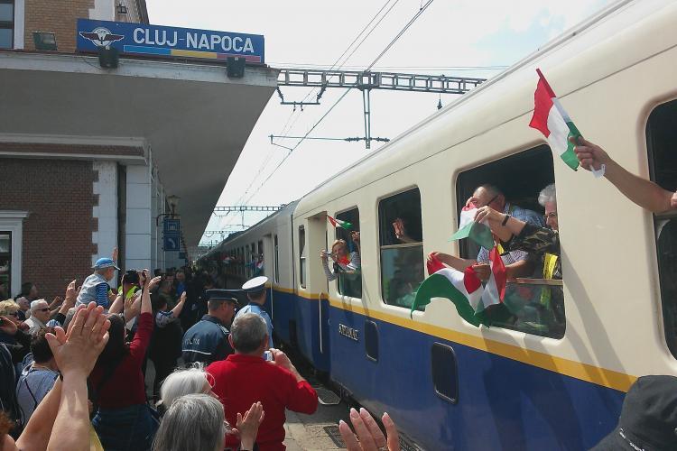 Un tren cu 1.000 de maghiari s-a oprit la Cluj în drum spre Șumuleu Ciuc - FOTO