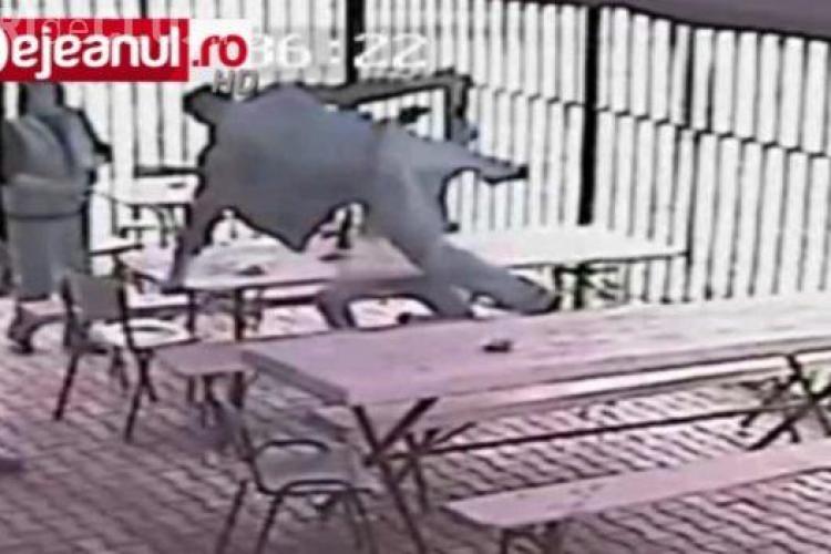 SCANDAL la o terasă din Dej. Doi bărbați au sărit peste mese ca să își împartă pumni și picioare VIDEO