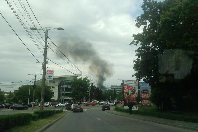 Clujul acoperit de un fum gros dinspre Someșeni. S-a aprins vegetația - VIDEO