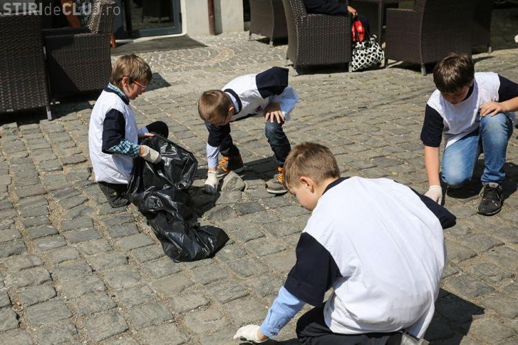 Elevii clujeni au ieșit la curățat orașul FOTO