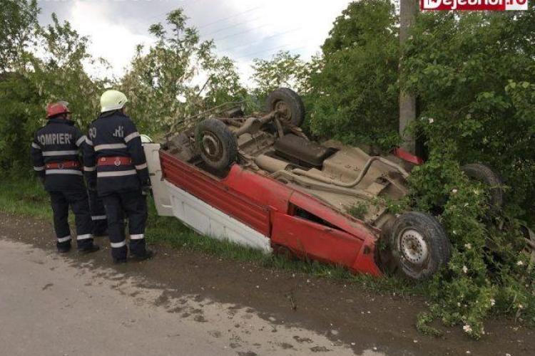 Accident spectaculos pe drumul Dej-Gherla. S-au răsturnat cu Dacia în șanț VIDEO