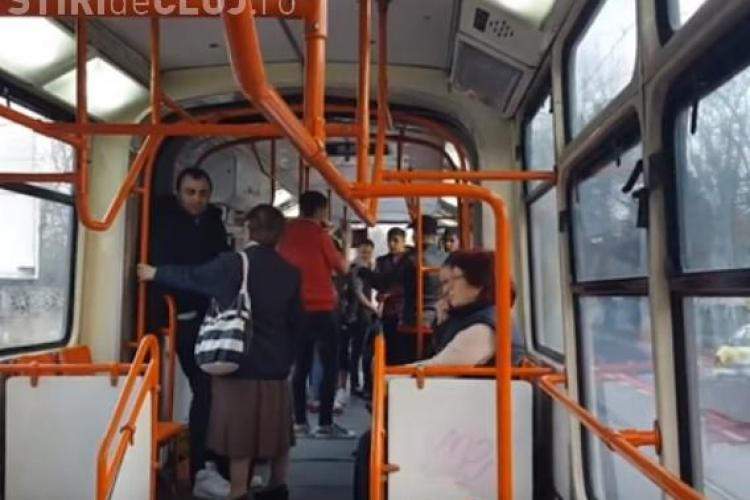 """""""Răzbunarea maneliștilor""""! Ce au făcut mai mulți tineri după ce doi rromi au fost bătuți în tramvai pentru că ascultau manele VIDEO"""