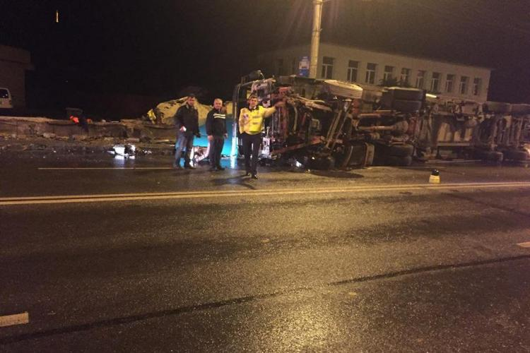 Viteza și condițiile meteo le dau mari bătăi de cap șoferilor la Cluj. Un TIR s-a răsturnat pe podul de la IRA FOTO/VIDEO