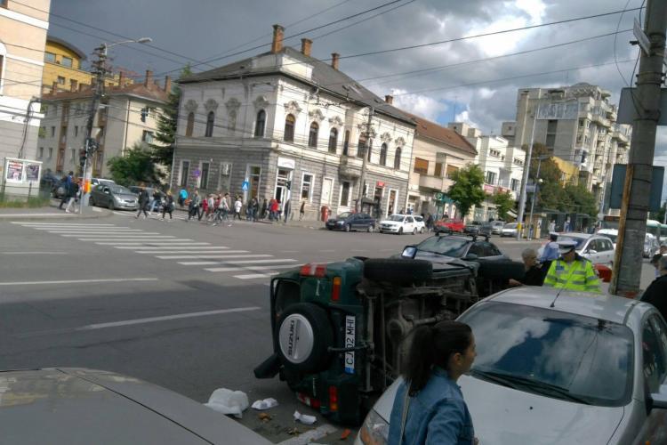 Mașină răsturnată în Piața Cipariu. A lovit și doi pietoni - FOTO