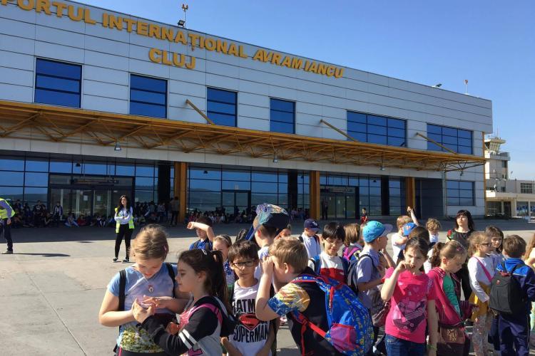 """Elevii au vizitat Aeroportul Cluj în cadrul programului """"Școala altfel"""" - FOTO"""