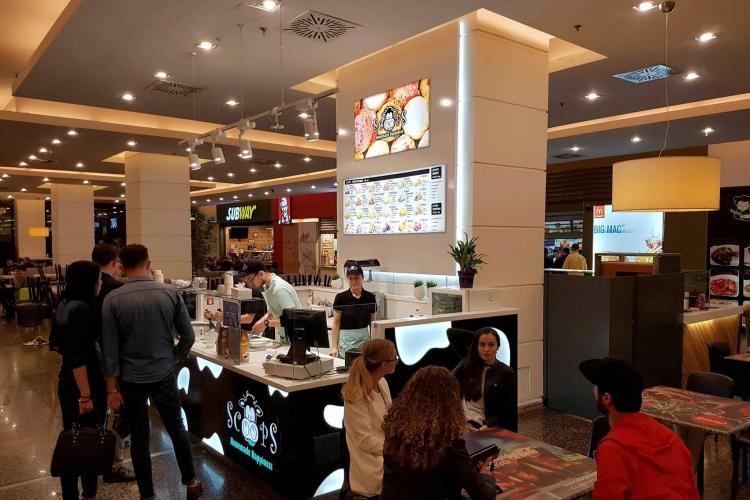 În food court-ul de la Iulius Mall Cluj găsești savoarea înghețatei thailandeze, la SCOOPS (P)