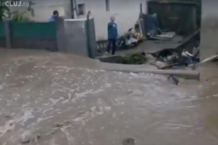 Două străzi din Cluj-Napoca inundate de revărsarea unui pârâu - VIDEO