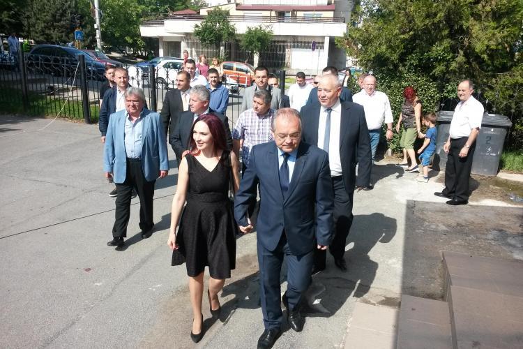 Primarul Emil Boc s-a prezentat la muncă luni dimineața, la prima oră, și a condus ședința săptămânală.