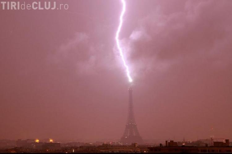 Turnul Eiffel, lovit de un fulger - FOTO