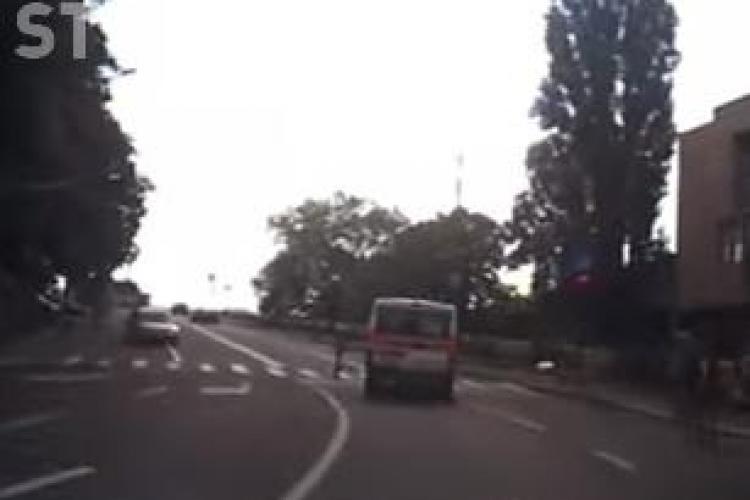 Trecător aproape călcat de ambulanță pe trecerea de pietoni la Cluj. Trecea pe roșu fără a avea sirenele pornite VIDEO