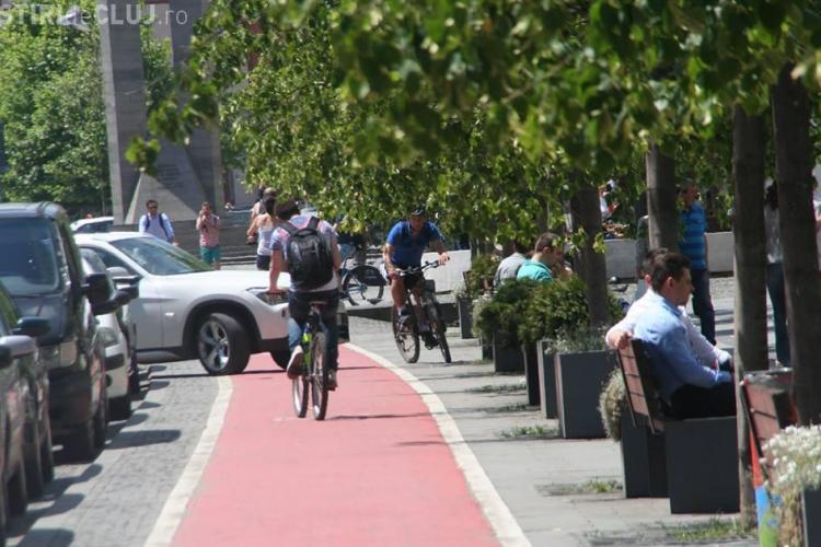 Mașină de cocalar, parcată pe pista de bicicliști de pe Eroilor - FOTO
