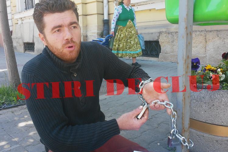 Un clujean s-a legat de stâlp în fața Primăriei, pentru că nu era primit în audiență. Politia locala i-a promis ca va face controale FOTO