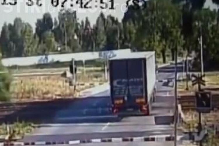 TIR spulberat de tren. Șoferul a fost prins între bariere - VIDEO