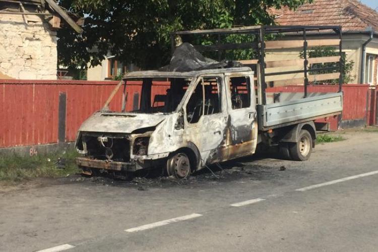 Camionetă incendiată în Apahida de persoane necunoscute - FOTO
