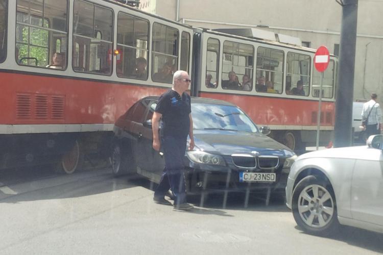 Un BMW a blocat tramvaiul în Piața Gării - FOTO