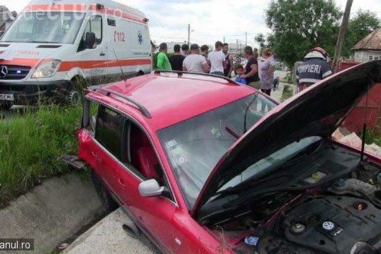 CLUJ: Un șofer și-a făcut mașina praf în urma unui accident. A ajuns direct într-un gard VIDEO