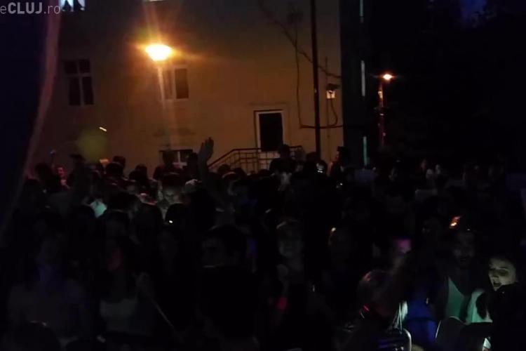 Serenade superbe la UMF Cluj - VIDEO