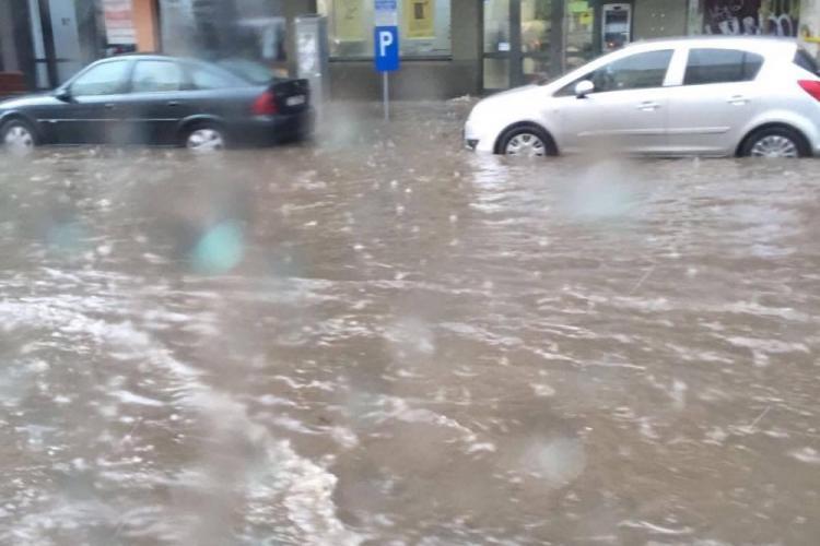 Strada Horea s-a transformat într-un râu, după furtună. Pompierii au fost chemați - FOTO